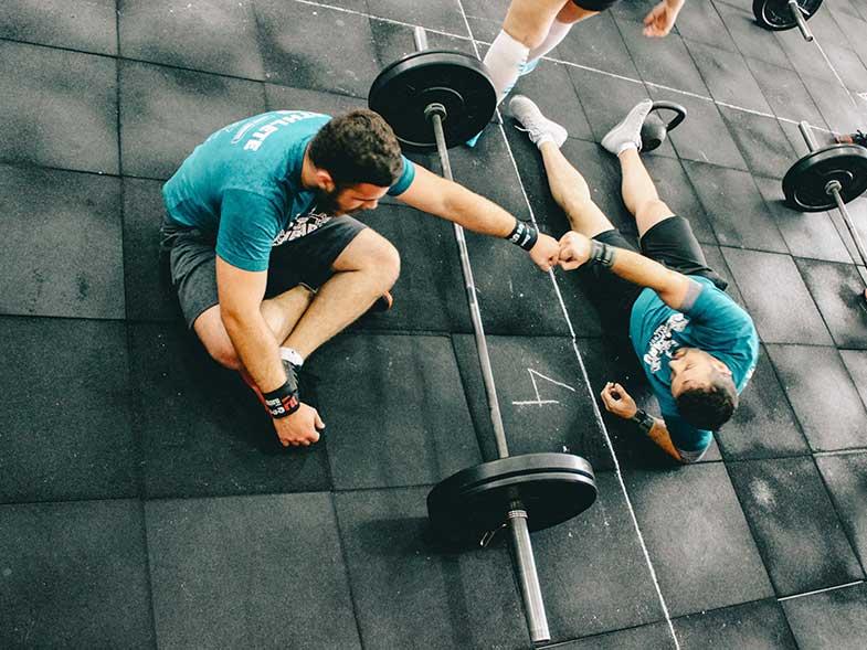 Hombres realizando ejercicios de crossfit gracias al nuevo Bono Todo Incluido de el Centro deportivo Conde Orgaz